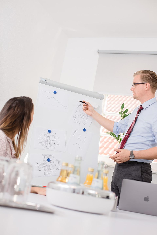 Corporate Foto Präsentation vor Kunden an Flipchart