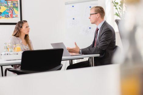 Unternehmensfotografie eines Kundengesprächs in Arbeitsumfeld